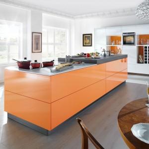 Wyspa kuchenna w żywym kolorze odświeży całe wnętrze. Fot. Home Concept