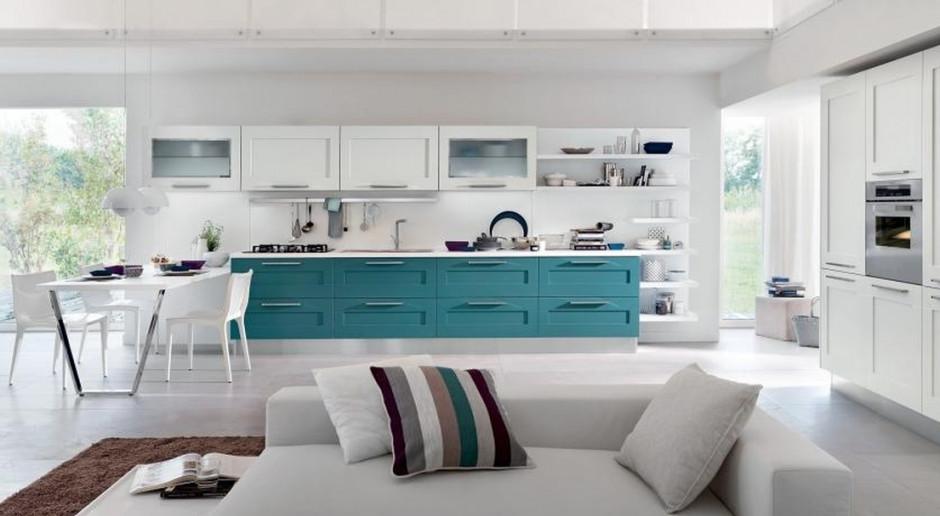 Biała kuchnia z domieszką koloru - pomysł na modne wnętrze
