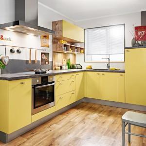 Żółta kuchnia z szarymi dodatkami. Fot. KAM Kuchnie