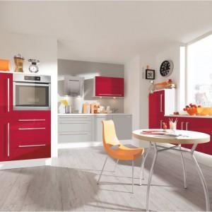W tej kuchni połączono czerwień z szarością. Fot. Alno