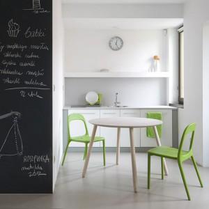 Lekki w formie stół z okrągłym blatem. Fot. Miloni