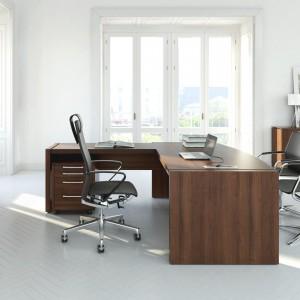 Duże biurko to podstawa gabinetu szefa. Fot. MDD