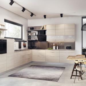 Otwarte półki to mocny akcent kuchennej aranżacji. Fot. KAM Kuchnie