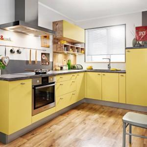Kuchnia KAM Plus z dekorami w kolorze szafranu. Fot. KAM Kuchnie