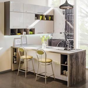 Półki można wyróżnić innym dekorem lub kolorem, albo umieścić na ścianie na ozdobnym panelu z drewna. Kuchnia zyska w ten sposób nowoczesnego wyrazu. Fot. Kam