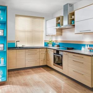 """Otwarte półki to również pole do popisu do szybkich zmian aranżacyjnych - nie trzeba reorganizować całej kuchni, wystarczy jedynie wymienić trzymane na półkach kuchenne""""skarby"""". Fot. Kam"""