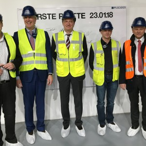Od lewej: Diethard Singer - kierownik zakładu, Ivo Schintz - CCO Pfleiderer Group, Dirk Hardow - COO Pfleiderer Group, Jürgen Schnarr - przewodniczący komitetu roboczego Leutkirch oraz Hans-Jörg Henle - burmistrz Leutkirch. Fot. Pfleiderer
