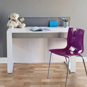 Funkcjonalne biurko Pin Desk o minimalistycznej formie. Fot.  Tobo