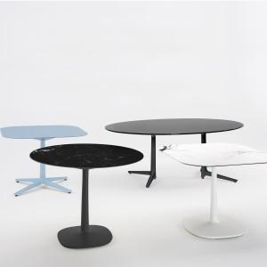 Stoliki Multiplo zaprojektował dla firmy Kartell Antonio Citterio. Fot. Kartell