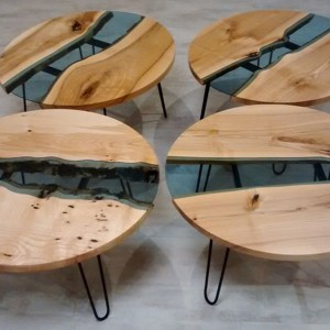 Stoliki kawowe, w których elementy litego drewna połączono z błękitnym szkłem. Fot. Malita Just Wood