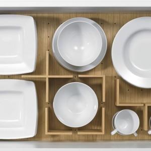Wykonany z drewna, estetyczny organizer pozwala wygodnie pogrupować naczynia według ich wielkości i przeznaczenia. Fot. Hettich