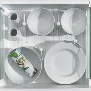 Minimalistyczny, ale sk-teczny sposób zapanowania nad talerzami czy miseczkami. Fot. Hettich