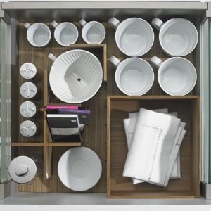 W szufladzie z organizerem wszystko ma swoje stałe miejsce, co pozwala zachować idealny porządek i zabiega przewracaniu się naczyń podczas gwał-townego otwarcia szuflady. Fot. Hettich