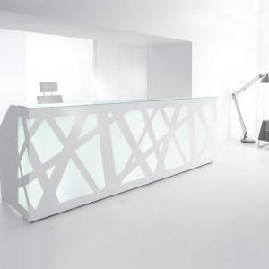 Delikatne oświetlenie ledowe za szkłem oplecionym misternym wzorem buduje atmosferę sprzyjającą twórczej pracy. Na zdjęciu: lada