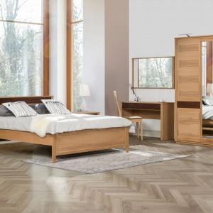 Kolekcja Kvadro z litego drewna o ciepłym odcieniu. Fot. Klose