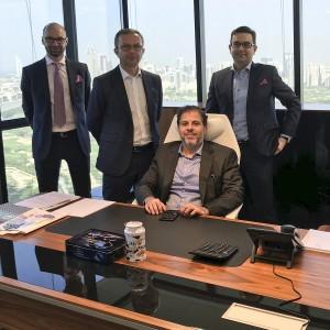 Showroom w Dubaju. Od lewej: Roman Przybylski, Adam Krzanowski, Hesham Ibrahim, Rafał Chwast. Fot. Grupa Nowy Styl