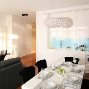 Salon połączony z niewielką kuchnią. Projekt Anna Maria Sokołowska. Fot. Bartosz Jarosz