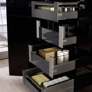 Szczególnie meble w kuchni otwartej na salon powinny być dopracowane w szczegółach. Fot. Hettich