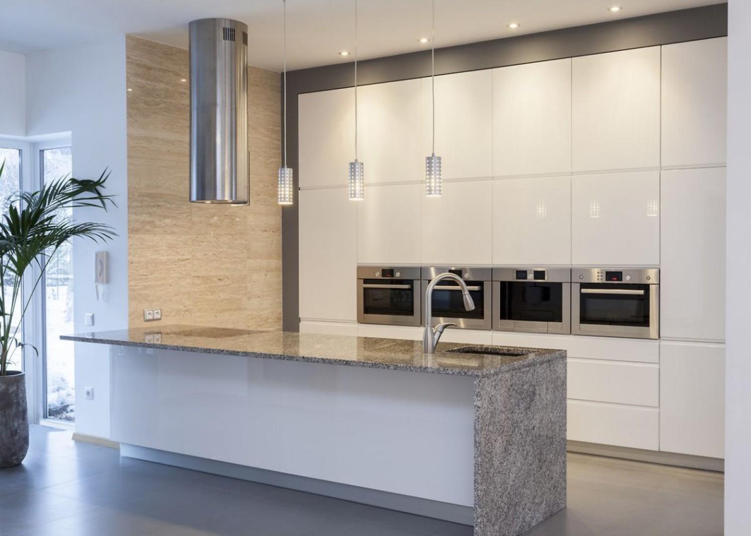 W kuchni najlepiej sprawdzają się kolory uniwersalne, które estetycznie podkreślają aranżację całego wnętrza, a jednocześnie wyróżniają meble na tle pozostałych sprzętów. Fot. Rehau