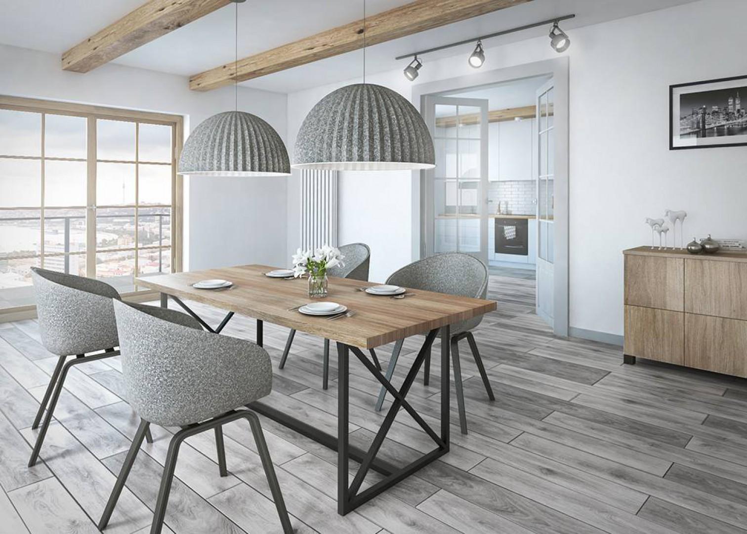 Stół Bari z drewnianym blatem. Fot. Rosanero