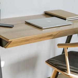 Biurko Vogel marki Borcas. Blat i fronty szuflad zostały wykonane z drewna dębowego, nogi i korpus szuflad – z litego drewna bukowego. Fot. Borcas
