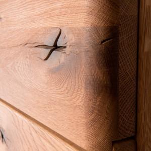 Urok mebli z kolekcji Dallas (Dekort) podkreśla wyraźnie widoczny rysunek słojów i sęków, charakterystyczny dla litego drewna. Fot. Dekort