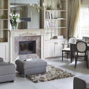Stylowa zabudowa do salonu, wykonana z naturalnego drewna. Fot. Arino House