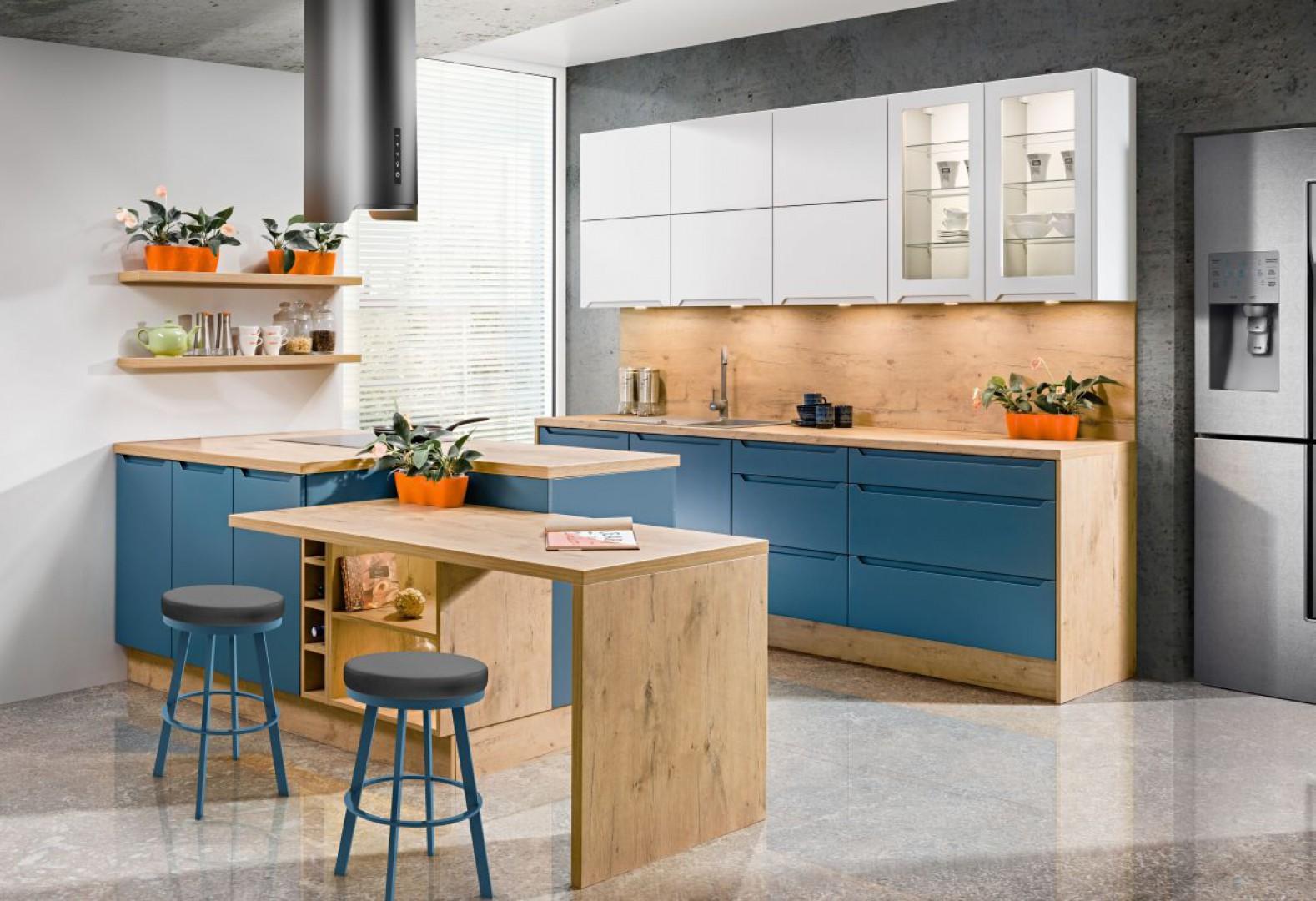 Dzięki niebieskiemu kolorowi drewno stało się bardziej wyraziste. Fot. KAM kuchnie