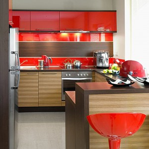 Energetyczna czerwień w towarzystwie drewna to udany sposób na podniesienie atmosfery w kuchni. Fot. Kam