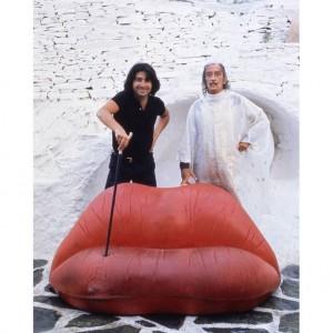 Salvadore Dali i Oscar Tusquets przy sofie