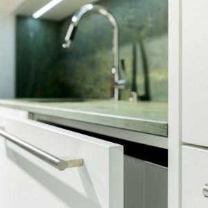 Jednolita, gładka powierzchnia to 100% czystości i koniec trudności z usuwaniem plam z problematycznych miejsc, koniec z oderwanymi obrzeżami i koniec z wysiłkiem włożonym w to, by kuchnia była perfekcyjnie czysta. Fot. Rehau