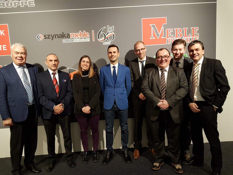 Od lewej : Dieter Hilpert (właściciel Grupy Bega), Jan Szynaka (prezes OIGPM), Roberta Dessi (sekretarz generalna EFIC), Mateusz Zelma (Szynaka-Meble), kierownictwo Niemieckiej Konfederacji Przemysłu Drzewnego i Meblowego: Olaf Plümer, Marcus Kirschner, Alexander Oswald i Markus Ring. Fot. Szynaka Meble