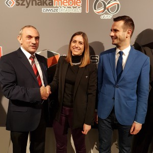 Od lewej: Jan Szynaka (prezes OIGPM), Roberta Dessi (sekretarz generalna EFIC) i Mateusz Zelma (członek zarządu Szynaka-Meble). Fot. Szynaka Meble