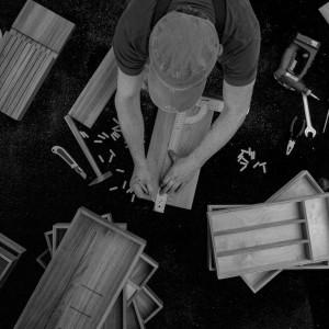 Organizery do szuflad z drewna dębowego wykonywane są na indywidualne zamówienie. Fot. Zajc
