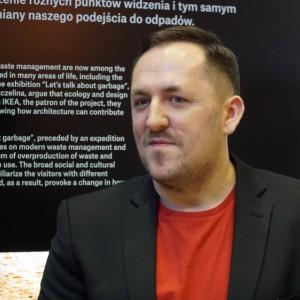"""Marcin Szczelina, krytyk i kurator architektury, współautor wystawy """"Let's talk about garbage"""". Fot. PTWP"""
