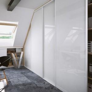 Drzwi przesuwne znajdują zastosowanie wszędzie tam, gdzie nie ma możliwości zamontowania drzwi uchylnych lub składanych. Fot. Komandor