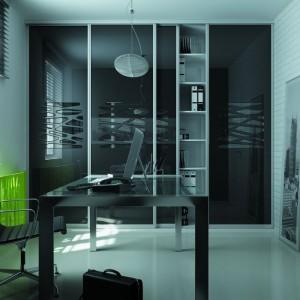 Otwarcie szafy z drzwiami przesuwnymi nie wymaga dodatkowej, wolnej przestrzeni tak jak w przypadku tradycyjnych drzwi rozwieranych. Fot. Komandor