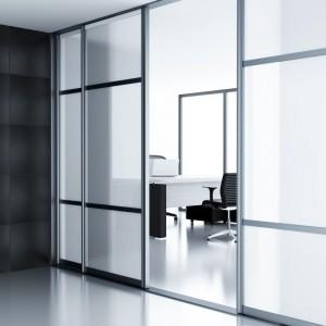 Drzwi przesuwne mogą służyć do wydzielania mniejszych pomieszczeń z przestrzeni biurowej. Fot. GTV