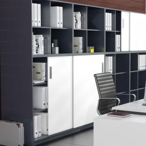 Kiedy ograniczenia powierzchni biurowej nie pozwalają na postawienie szafki z rozwieranymi frontami, sprawdzi się system