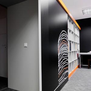 Meble biurowe są narażone na znacznie intensywniejsze użytkowanie niż meble przeznaczone do mieszkań. Dlatego rozwiązania umożliwiające otwieranie i zamykanie drzwi przesuwnych muszą gwarantować bezawaryjną pracę, mimo szeregu dodatkowych obciążeń. Fot. Komandor
