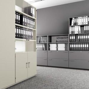 W szafach i regałach zmieszczą się segregatory, teczki i wydruki. Fot. Balma