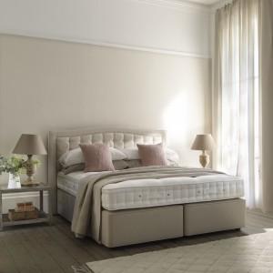 W sypialni glamour nie można zapomnieć o miękkim, pikowanym wezgłowiu. Fot. Hypnos Beds