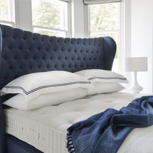 Zagłówek może być nie tylko praktycznym (ściana jest chroniona przed zabrudzeniem, a my nie opieramy się o jej twardą, zimną powierzchnię), ale też dekoracyjnym elementem w sypialni. Fot. Hypnos Beds