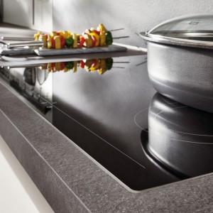 Ciemnoszary blat o fakturze kamienia w kuchni z serii Fashion. Fot. Verle