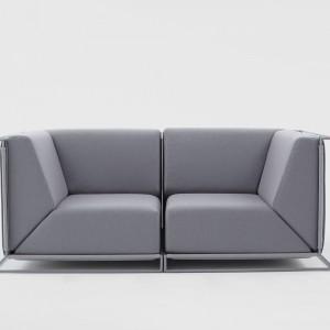 """Dzięki unikalnej konstrukcji płozy, na której opiera się sofa """"Floating"""", mebel zdaje się unosić w powietrzu. Projekt: Philippe Nigro dla Comforty. Fot. Comforty"""