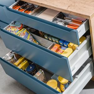 Kuchnia KAMPlus - szuflady z frezowaniem. Fot. KAM Kuchnie