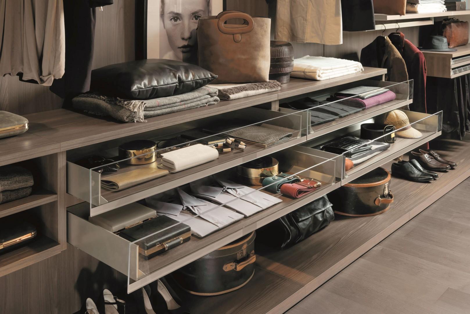 Odpowiednie półki i szuflady ułatwią przechowywanie ubrań i butów. Fot. Zalf