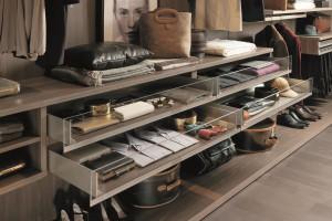 Jakie elementy warto mieć w szafie lub garderobie?