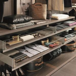 Przechowywanie przedmiotów ułatwiają specjalne, wysuwane półki. Fot. Zalf
