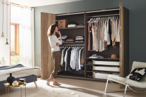 Garderoba z drzwiami składanymi - praktyczne rozwiązanie do sypialni